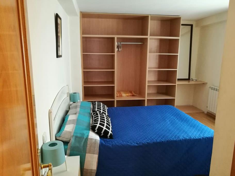 amplio armario y escritorio