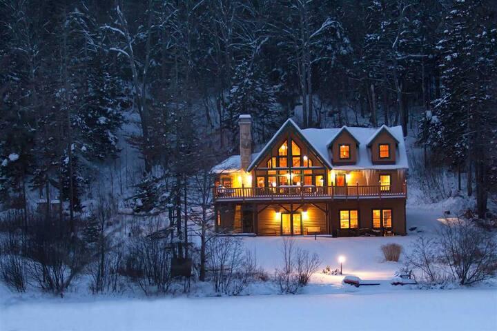 Beautiful Lakefront Log Home Near Mount Snow