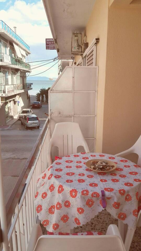 Θέα θάλασσα από το μπαλκόνι!!!