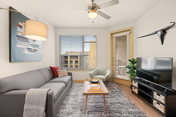 Kasa | Dallas | Gorgeous 1BD/1BA Medical District Apartment
