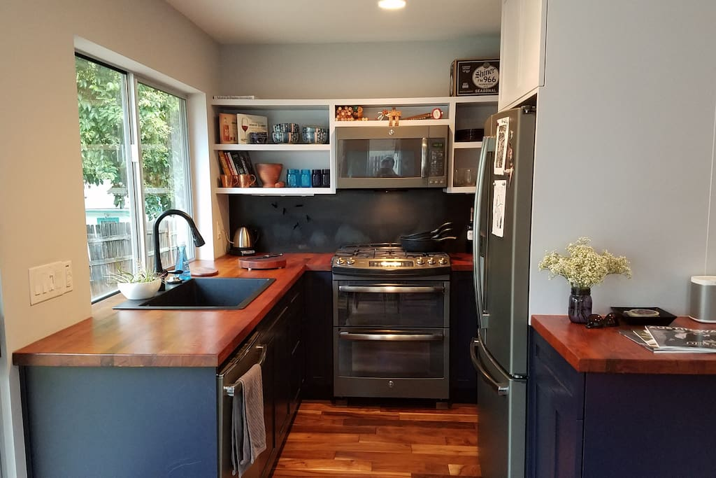 Well outfitted kitchen, high end appliances