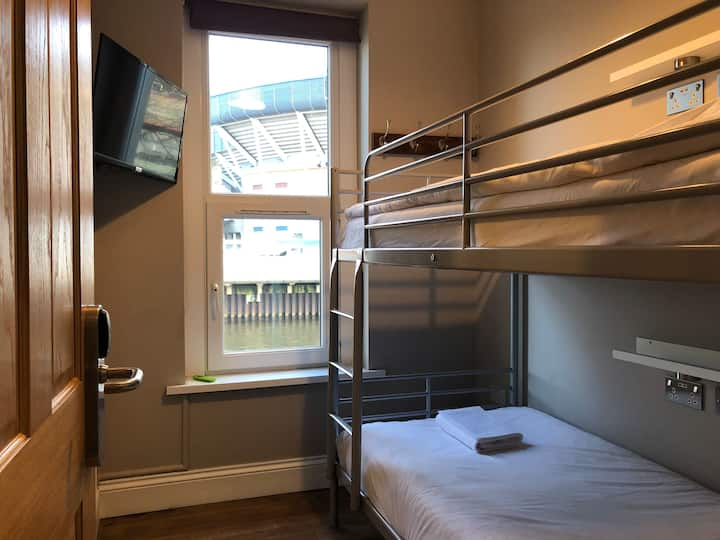 Central Twin Room With Netflix, WiFi & Breakfast