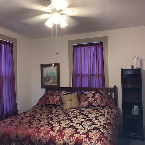 Victorian House w/King bed. Easy access on/off I39