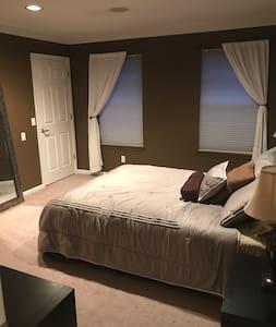 Queen Bedroom w/ensuite bath near Beaumont