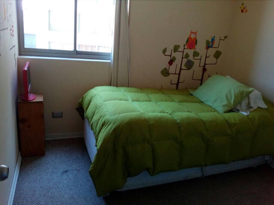 Dormitorio con decoración infantil y cama nido
