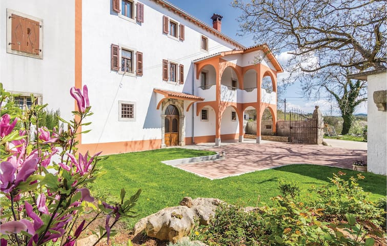 Semi-Detached with 4 bedrooms on 154 m²