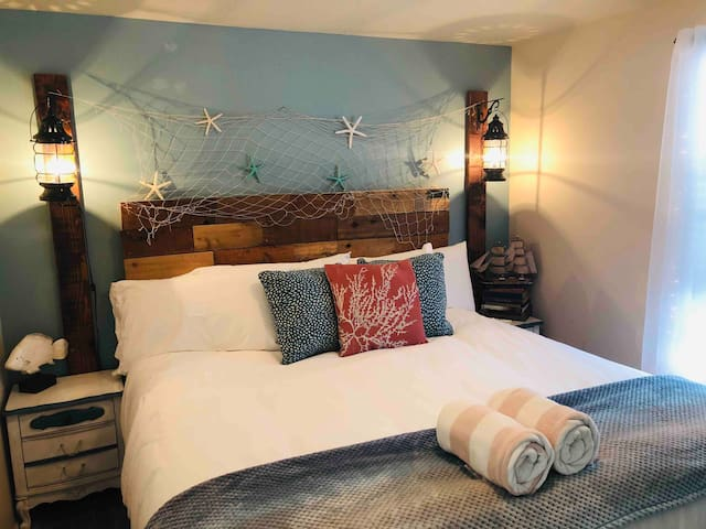 Comfy KING Bed, NO CLEANING FEE, Walk to Beach!