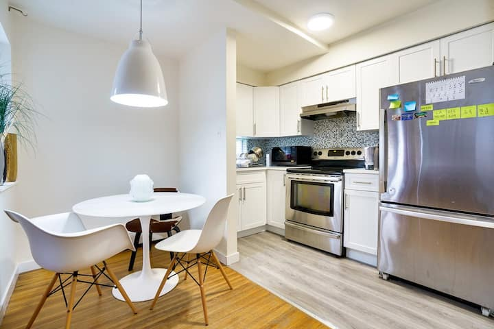 Cozy 1BR: Steps to Kitsilano Beach