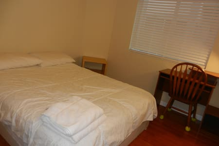 Clean Chinese family, private bedroom and bathroom - Newark