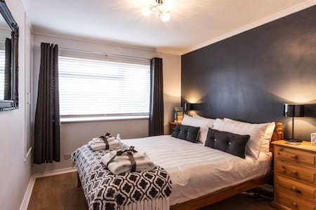Contemporary, peaceful double room with breakfast - Deal - Huis