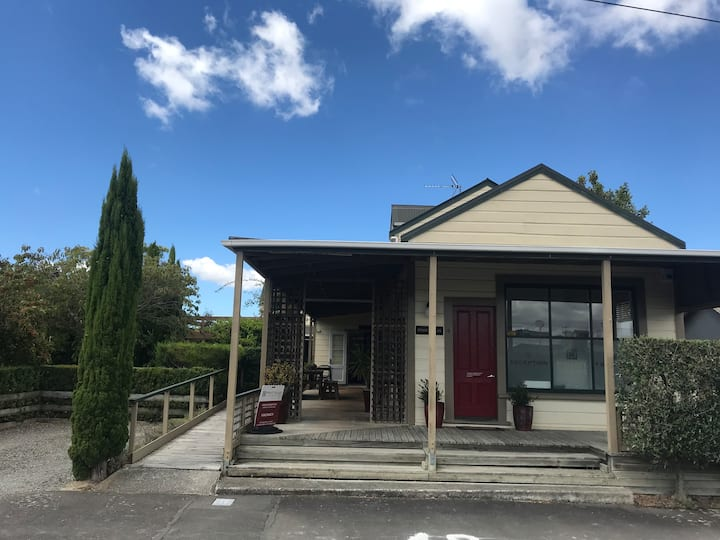 Charming Cambridge Villa Martinborough Centre