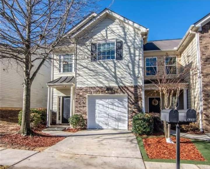 Ideally Located, Welcoming Town House in Braselton