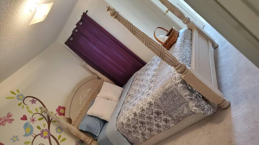 Beautiful private queens bedroom in brampton!!