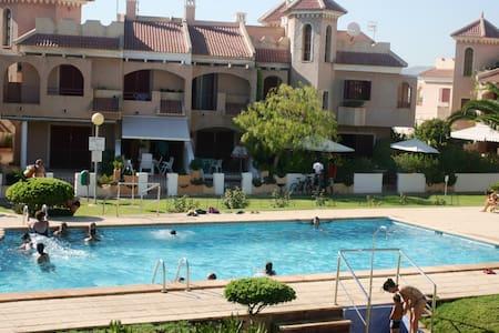 Encantadora casa con piscina, frente a la playa. - Alicante