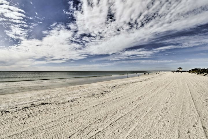 This cottage is situated 13 minutes from the Siesta Key and Lido Key beach.