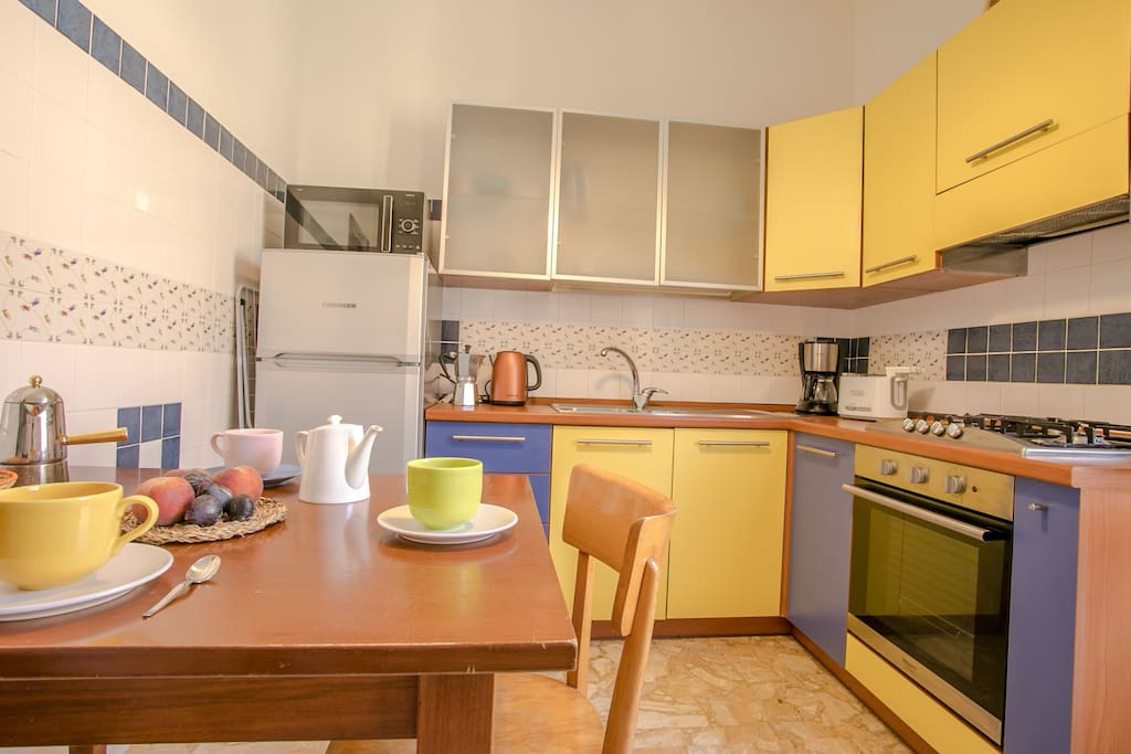 A sunny and colourful kitchen in an ideal location to visit the Biennale!