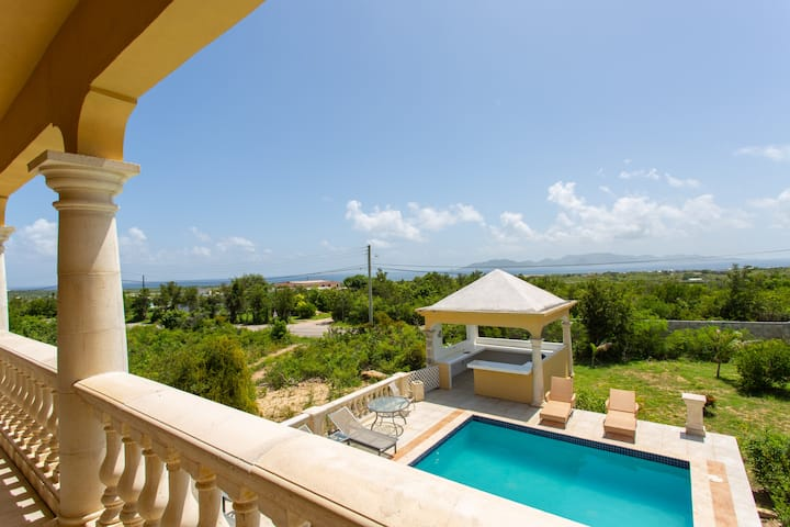 Central 6 Bedroom Home with Pool & Ocean Views