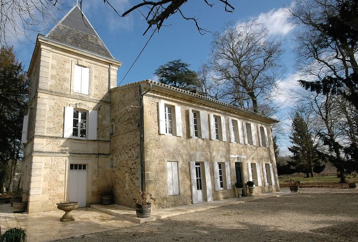 Old stone cottage close to Bordeaux 11 guests