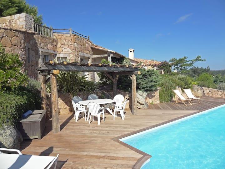 Maison d'architecte avec piscine et vue sur mer
