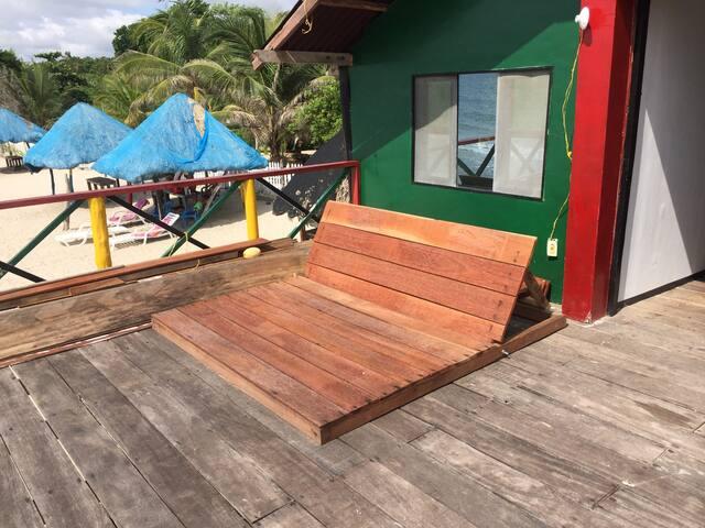 Hay una terraza al lado de las habitaciones para tomar el sol y descansar