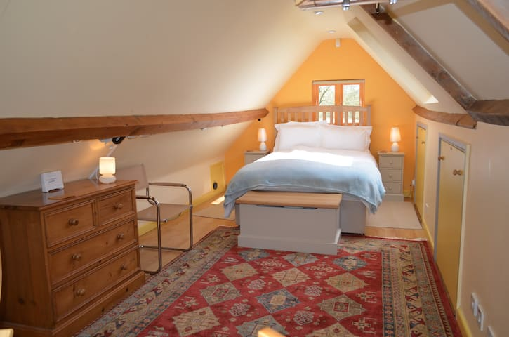 Cosy Loft Conversion w/spa treatments & tennis ct