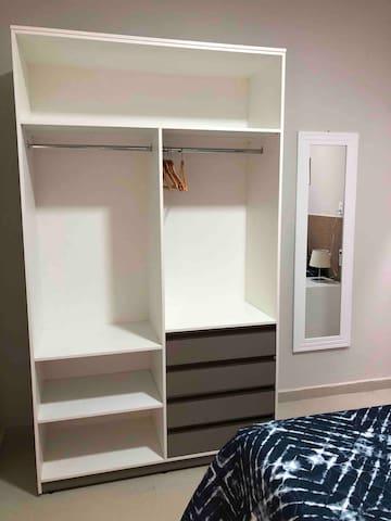 Móvel em MDF, aberto com gavetas e cabides para organizar bem as roupas do casal