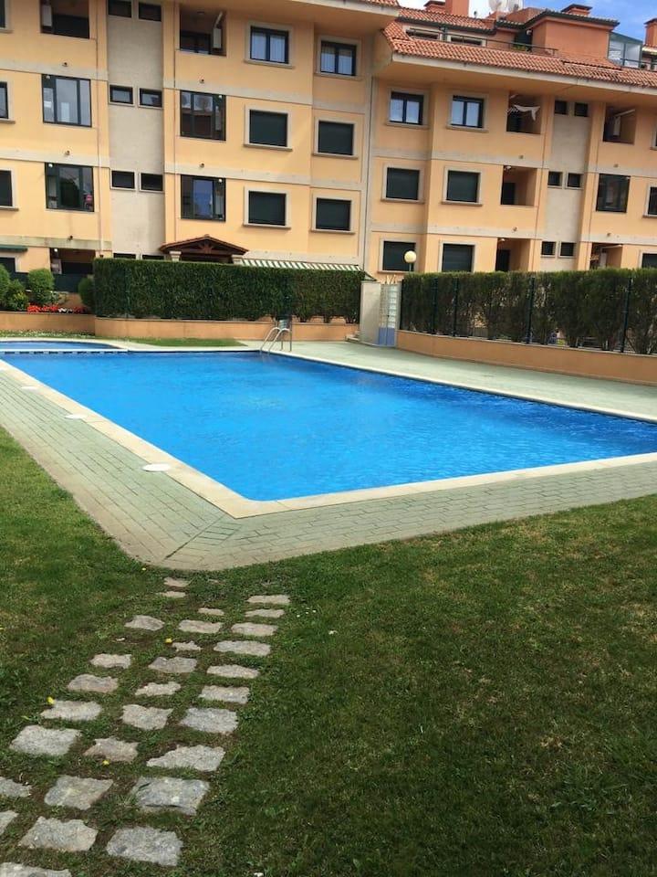 Apartamento con terraza en edificio con piscina