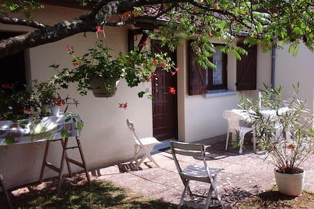 chambre privée dans maison calme avec jardin