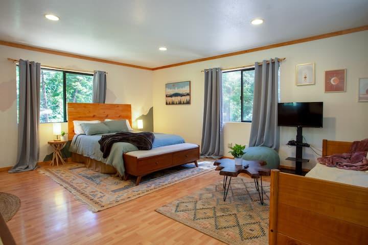 Cozy mountain getaway, private cottage studio