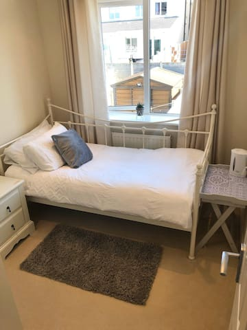 Single room with WIFI- Free Parking