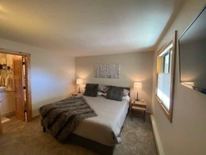NEW LISTING! Luxury & Modern 2 Br Condo at the Plaza