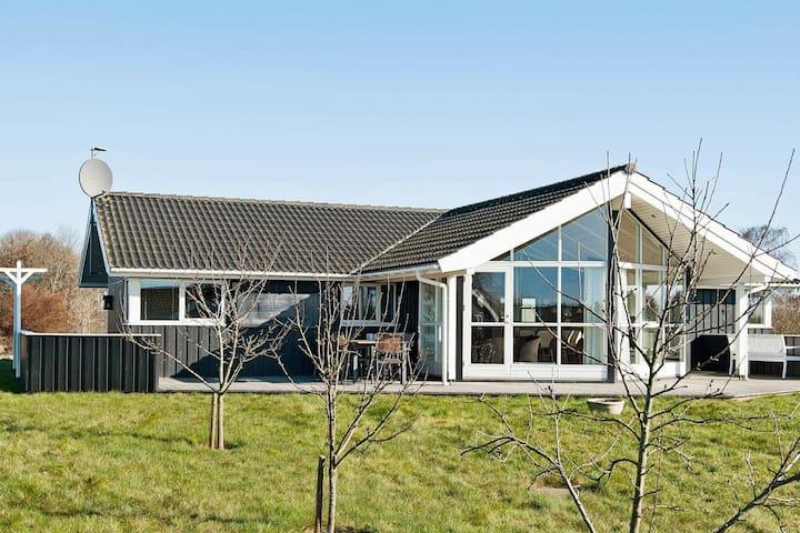 Casa de vacaciones lujosa en Børkop con jacuzzi
