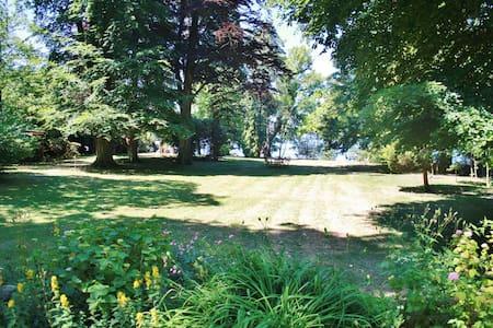 Zeitreise in alter Villa direkt am See - Casa de campo