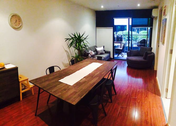 Fully Furnished Beachside Apartment - Port Melbourne - Apartment