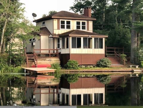 Corkscrew: Lakeside Cozy Cottage in Warwick, MA