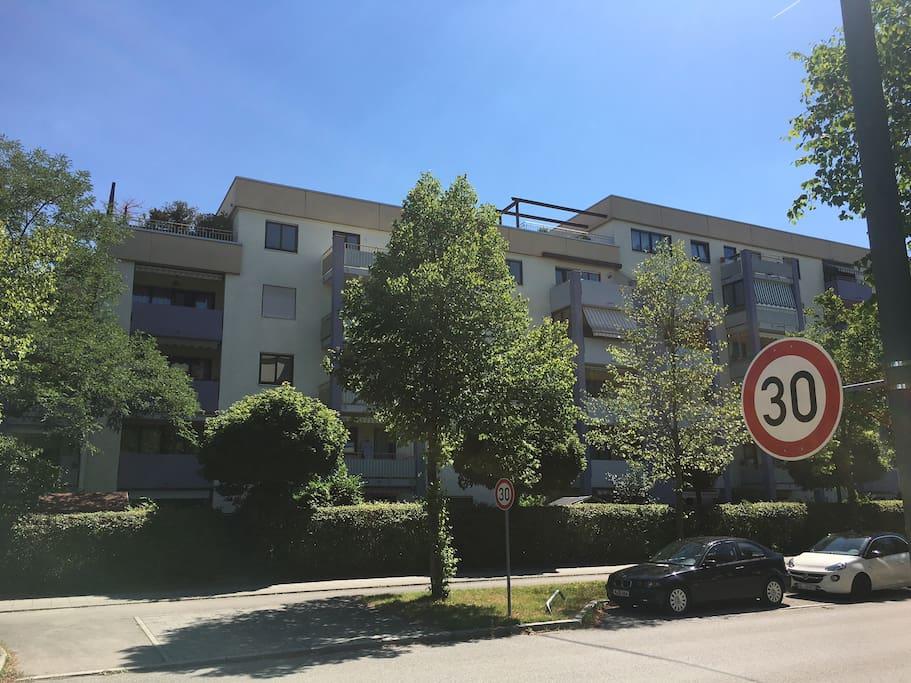 Links die Wohnung mit Terrasse zu sehen, 4. Stock
