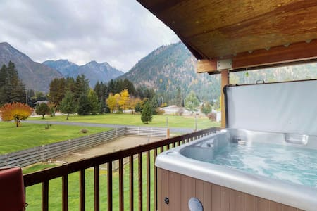 Expansive home w/amazing mountain views & two hot tubs - close to hiking & river
