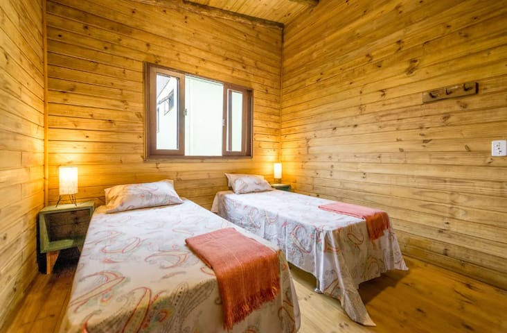 Quarto 2 com camas de solteiros (pode virar uma cama de casal)