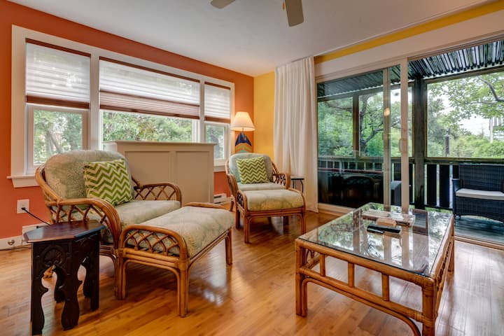 Cheerful condo w/ enclosed porch & Cape Cod Bay across the road!