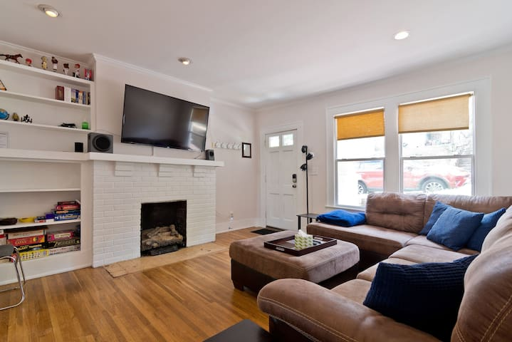 Cozy 2 bedroom - 5 minutes to downtown