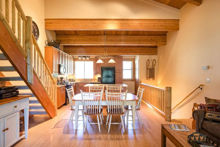 Cozy & inviting condo with a shared pool/hot tub & more - close to lifts!