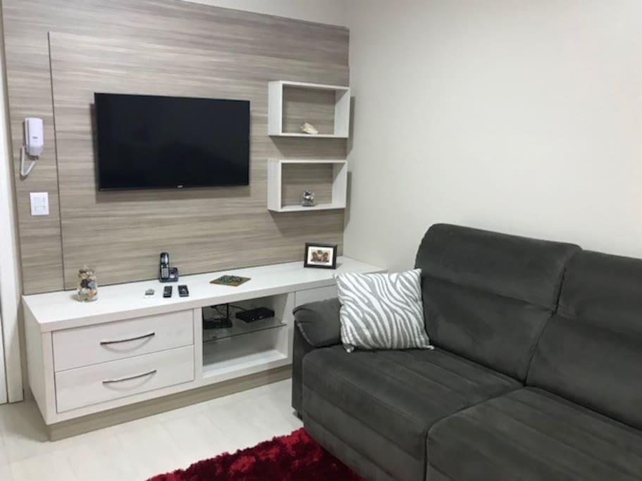 Sala com ar condicionado split, com sofá cama retrátil, TV 32 polegadas com 56 canais, wi-fi