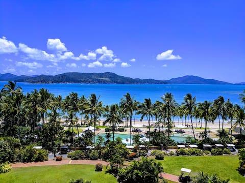 Pis d'estil resort amb vistes panoràmiques a la platja!