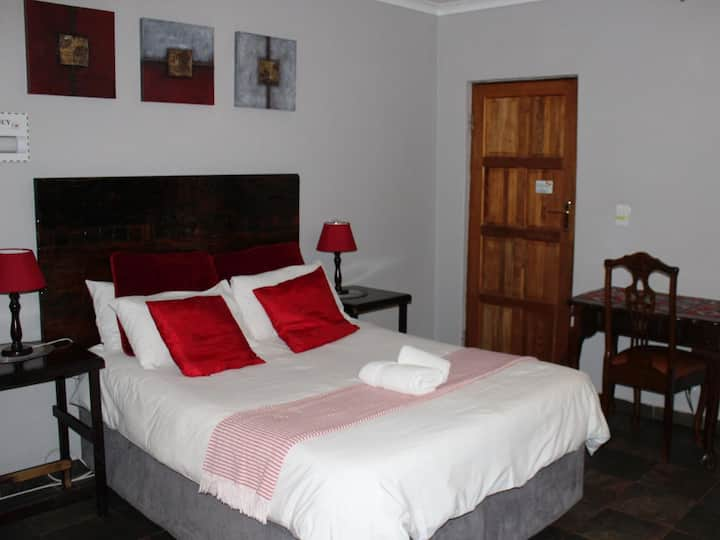 Ukarimu Guest House - Ruby Room
