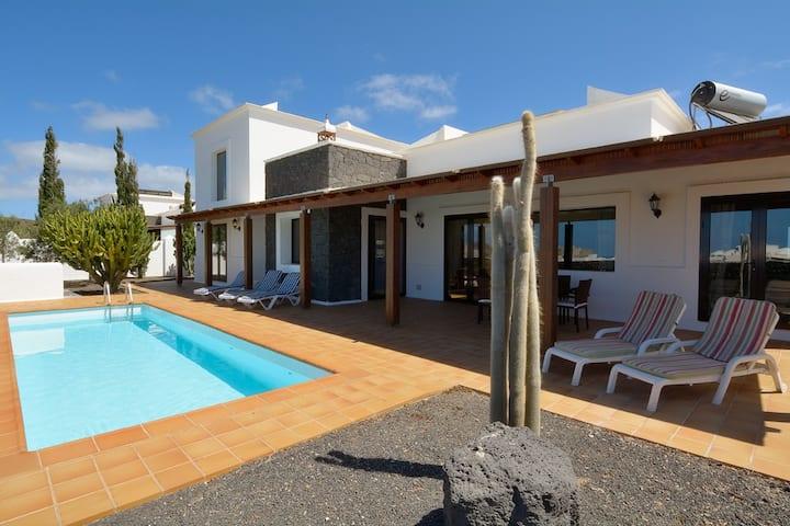 Villa with pool in heart of Yaiza