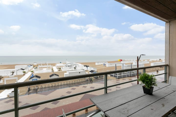 Modern beachfront apartment with 2 terraces. Fully equipped