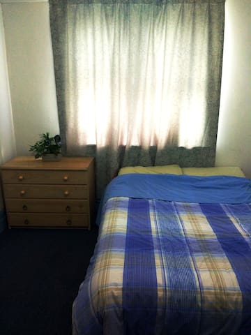Central St Kilda Room. Transport, Shopping Easy.