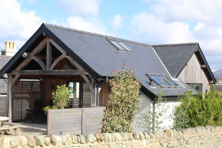 5* Rated Oak Frame House with Wood Fired Hot Tub