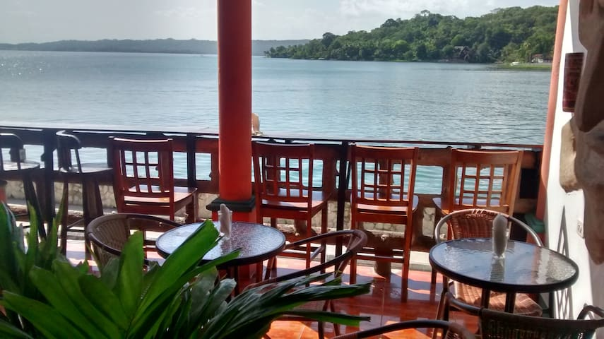 FLORES WATERFRONT HOTEL LACANDON PRIVATE #106 - Flores - Konukevi