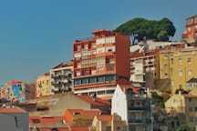 Front view from the apartment to the best sightseeing point of a almost 360º view of Lisbon: Miradouro da Senhora do Monte (up, there, where the trees are!).